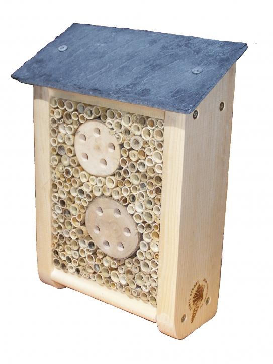 Insektenhotel mit Schieferdach